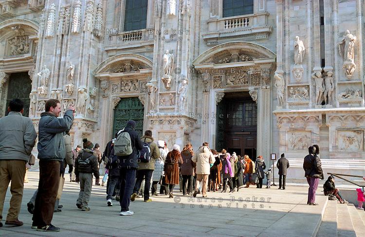 Sorban állás a milánói dóm előtt  - kép forrása: photoshelter.com